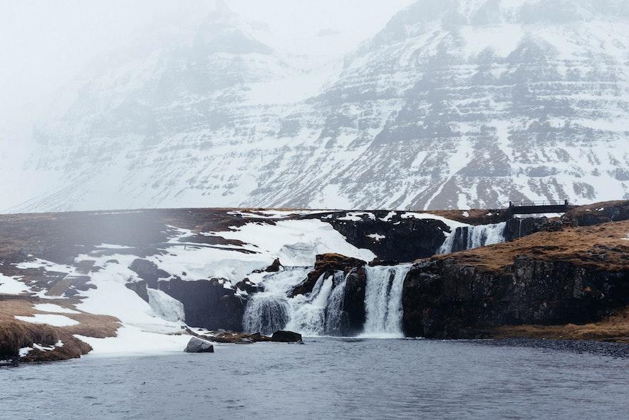 冰島某一個山腳的小瀑布