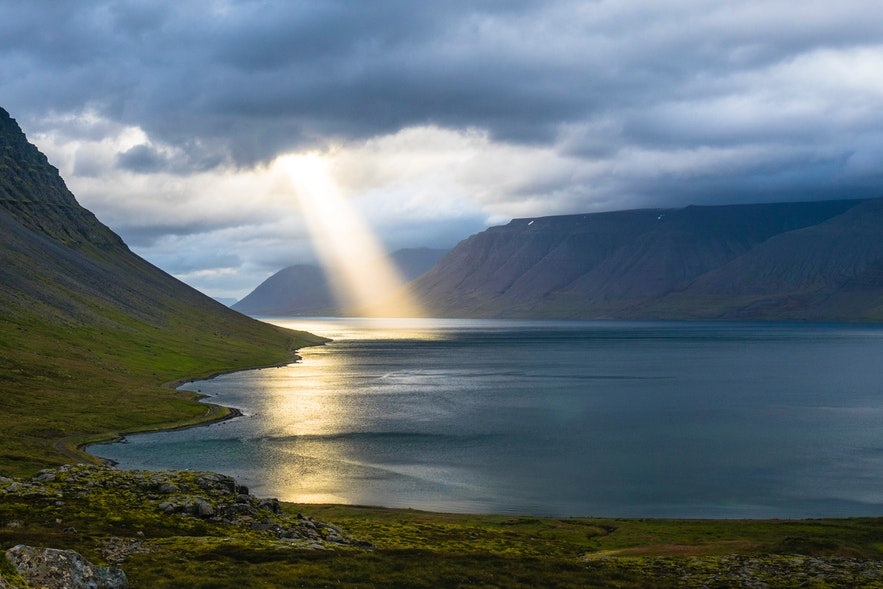 冰島一處海面上的光束