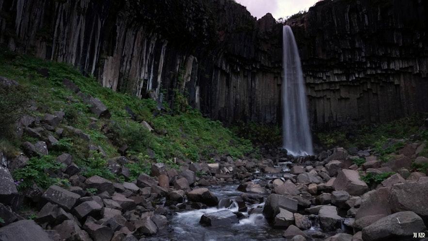 La chute de Svartifoss dans la réserve de Skaftafell