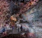 Die Wände der Lavahöhle Raufarhólshellir sind bunt und beeindruckend.