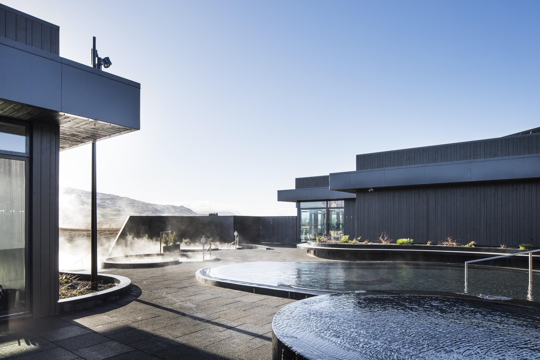 Estarás rodeado por la hermosa naturaleza islandesa en los baños geotérmicos de Krauma.
