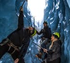 Une fissure bleue idéale pour l'escalade sur glace dans la côte sud de l'Islande.