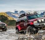 Les routes menant aux hauts plateaux islandais peuvent être très accidentées, mais facilement accessibles en super jeep.