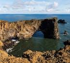 Der Atlantik hat ein riesiges Loch in die Klippen von Dyrhólaey an der Südküste erodiert.