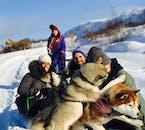 Obtenez votre photo prise avec les huskies mignons après votre tour en traîneau à chiens.