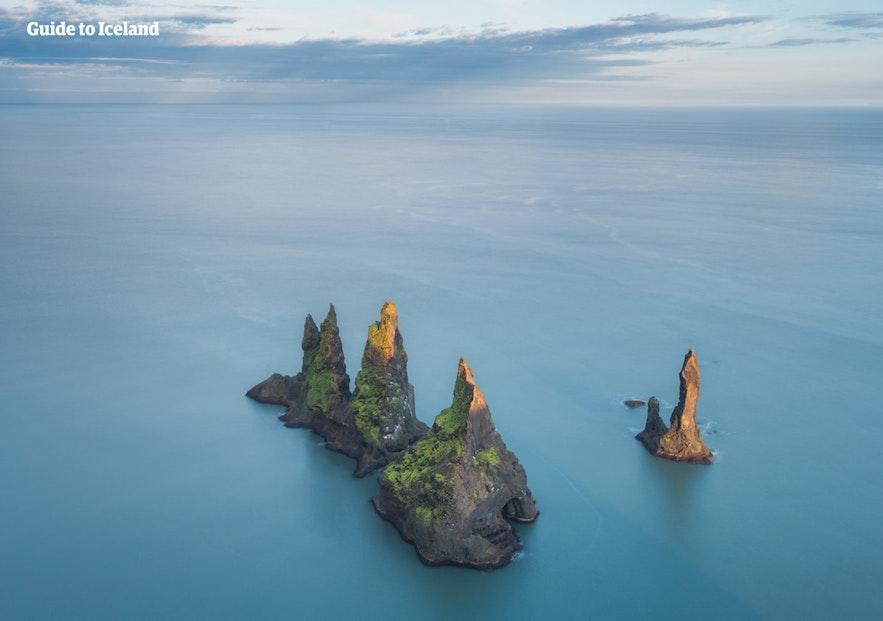 Die Felsnadeln Reynisdrangar zählen zu den symbolträchtigsten Anblicken an der isländischen Südküste