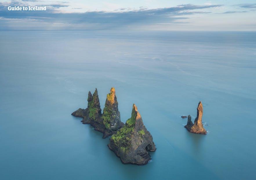 Les rochers de Reynisdrangar sortant de l'océan et visibles depuis la cote sud en Islande