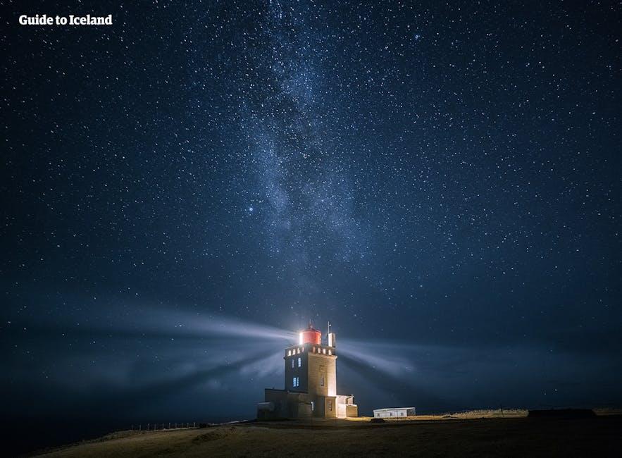 Latarnia morska Dyrhólaey w nocy wskazuje drogę islandzkim statkom.