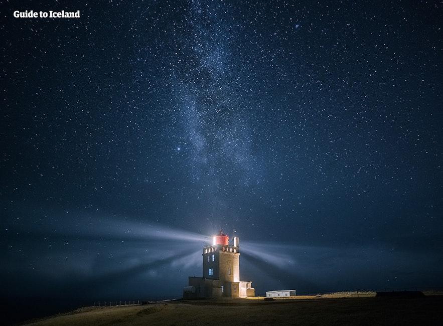 Dyrhólaey fyr vägleder fartygen i den isländska natten.