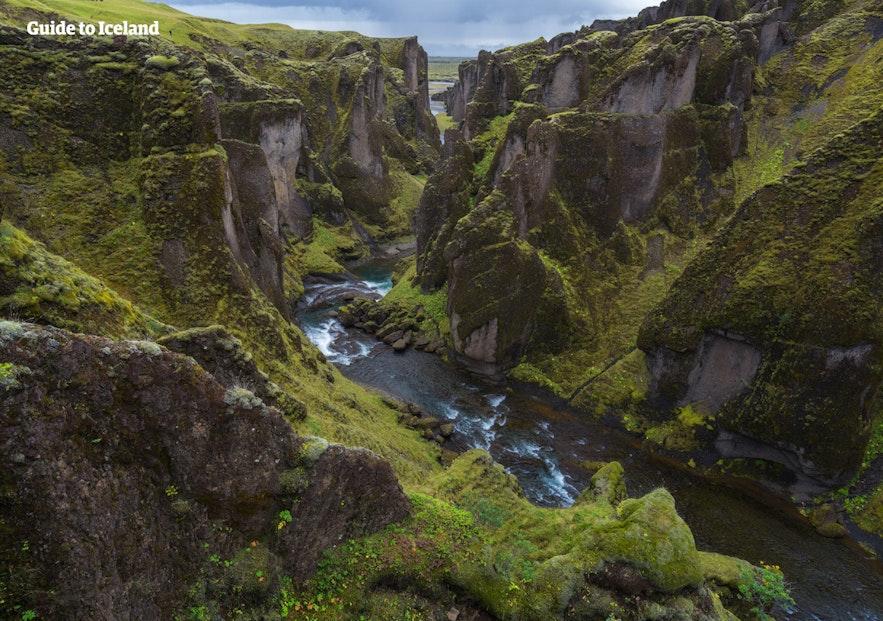 Le canyon Fjaðrárgljúfur est difficule à prononcer mais est un lieu à ne pas manquer en Islande