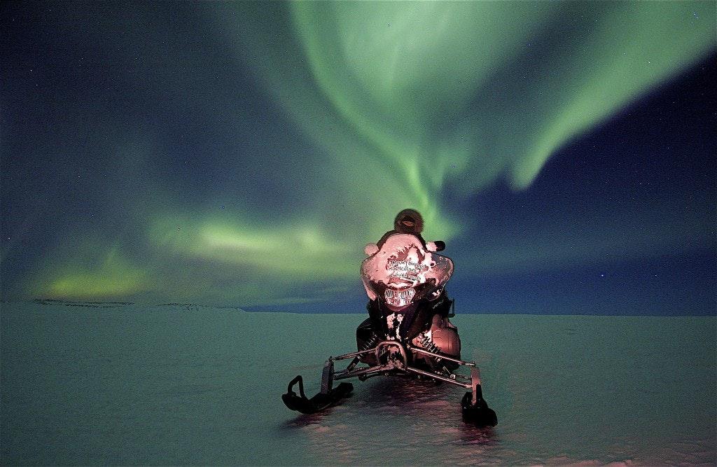 雪地摩托车旅行团与极光
