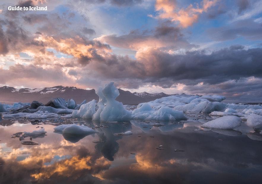 Jokulsarlon où se reflètent nuages et icebergs