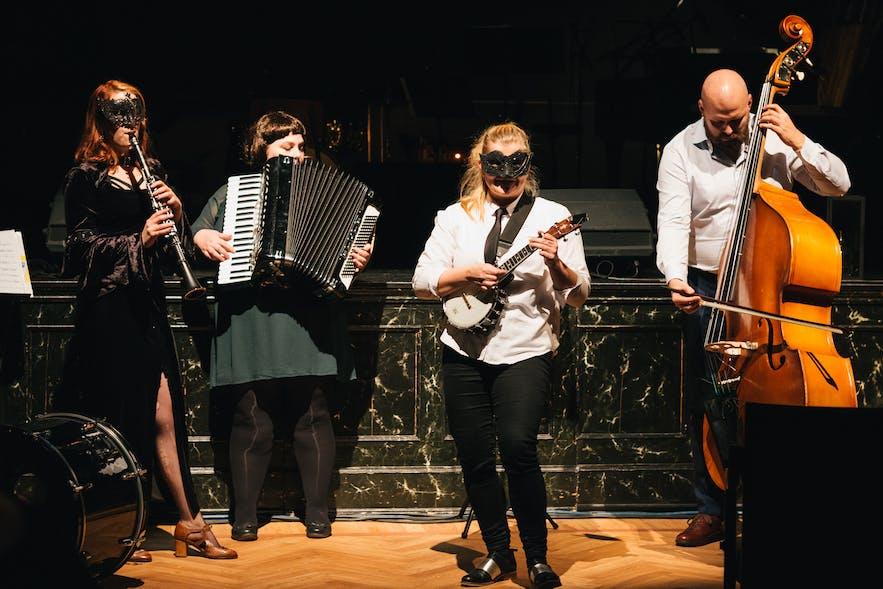 Gleðikonurnar performing at Rauða skáldahúsið in Iðnó