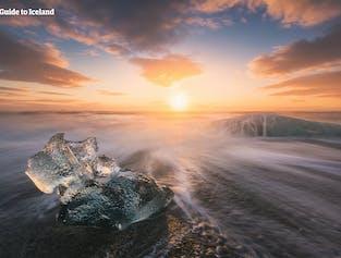 파도에 떠밀려온 얼음조각이 다이아몬드 해변의 끝도 없이 펼쳐지는 해안선을 장식합니다.