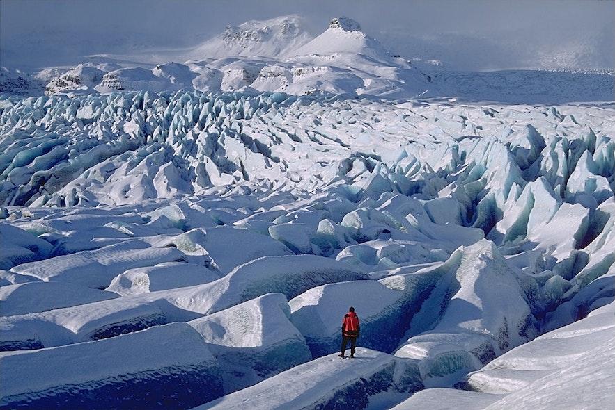 Vatnajökull nasjonalpark er et landskap med fjell, naturlige skråninger og glitrende isbreer.