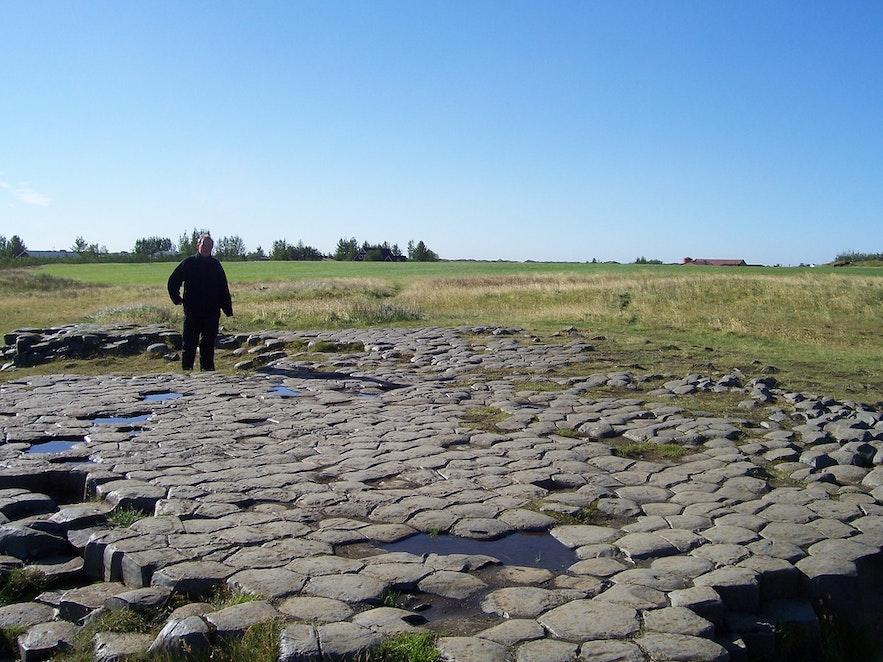 Trots att det ser konstgjort ut är Kirkjugólfið helt och hållet ett naturfenomen.