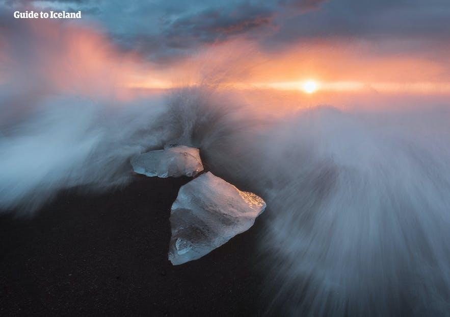 冰岛南岸的钻石冰沙滩就位于杰古沙龙冰河湖旁。