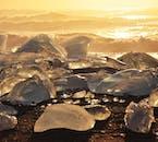 Der Diamond Beach in Island ist die Heimat angetriebener Eisberge, die in der Sonne glitzern.