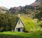 Bei einer Reise an der Südküste Islands wirst du einige traditionelle Torfhäuser sehen.