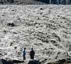 Le puissant fleuve glaciaire Jökulsá á Fjöllum est vaste, boueux et puissant puisqu'il traverse le glacier Vatnajökull à travers le nord de l'Islande.
