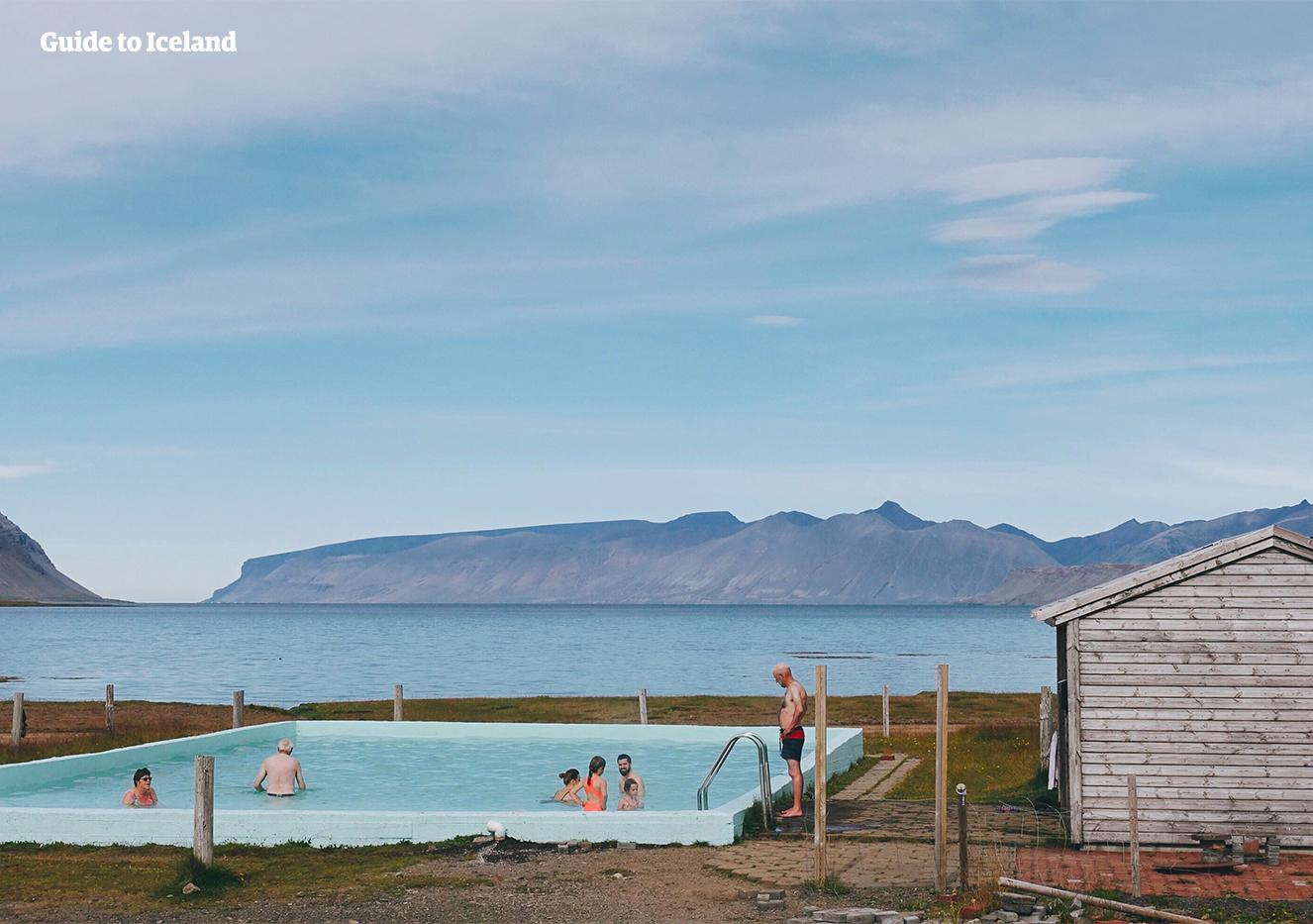 Das geothermale Schwimmbecken Reykjafardarlaug ist in den abgeschiedenen Westfjorden Islands zu finden.