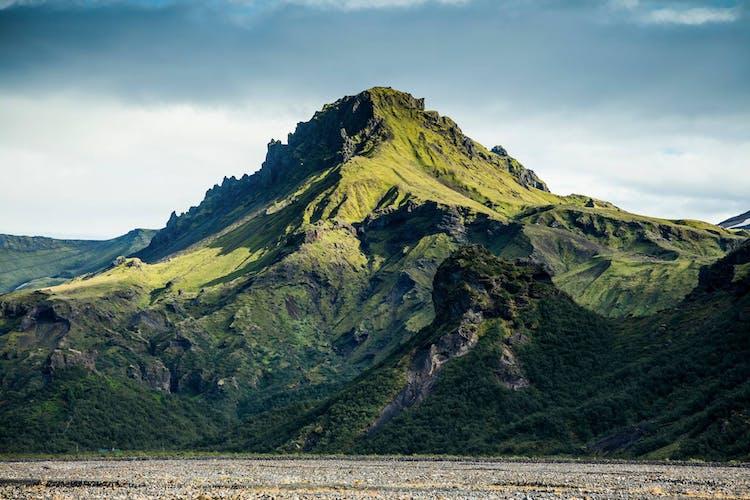 Bestaune moosbedeckte Berge, während du mit einem Superjeep durchs Hochland fährst.
