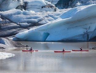 Pagayez entre les icebergs lors d'une excursion en kayak sur le lagon du glacier Sólheimajökull.