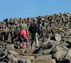 Les randonneurs apprécieront les pentes rocheuses autour de la cascade Dettifoss.