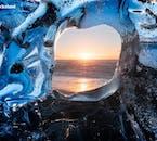 요쿨살론 빙하호수 근처의 다이아몬드 해변에 위치한 빙하의 틈 사이로 보이는 석양의 아름다움