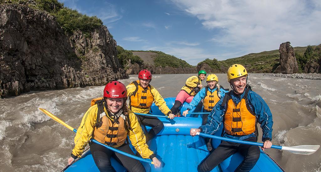 El rafting por el cañón está lleno de aventura y adrenalina.