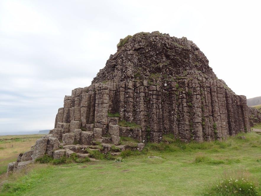 Bezoekers van de Dverghamrar wordt gevraagd om met respect met dit beschermde monument om te gaan.