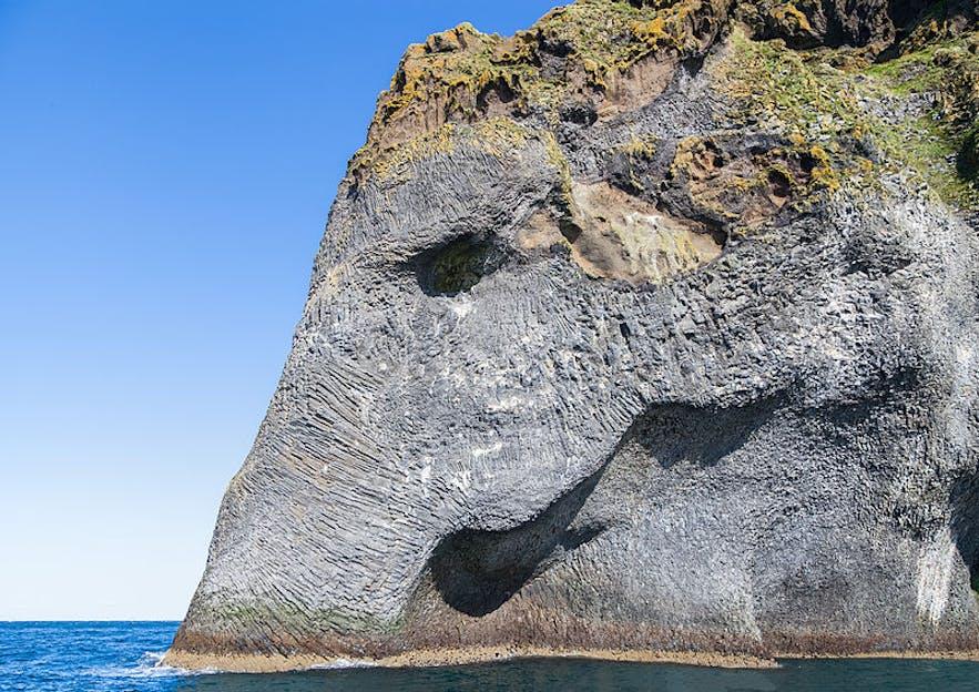 """Herjólfsdalur, """"Elefantklippen"""", ses ofte på ture til Vestmannaøerne."""