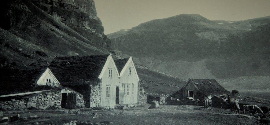 Íslenski bærinn Turf House at Austur-Meðalholt in South-Iceland