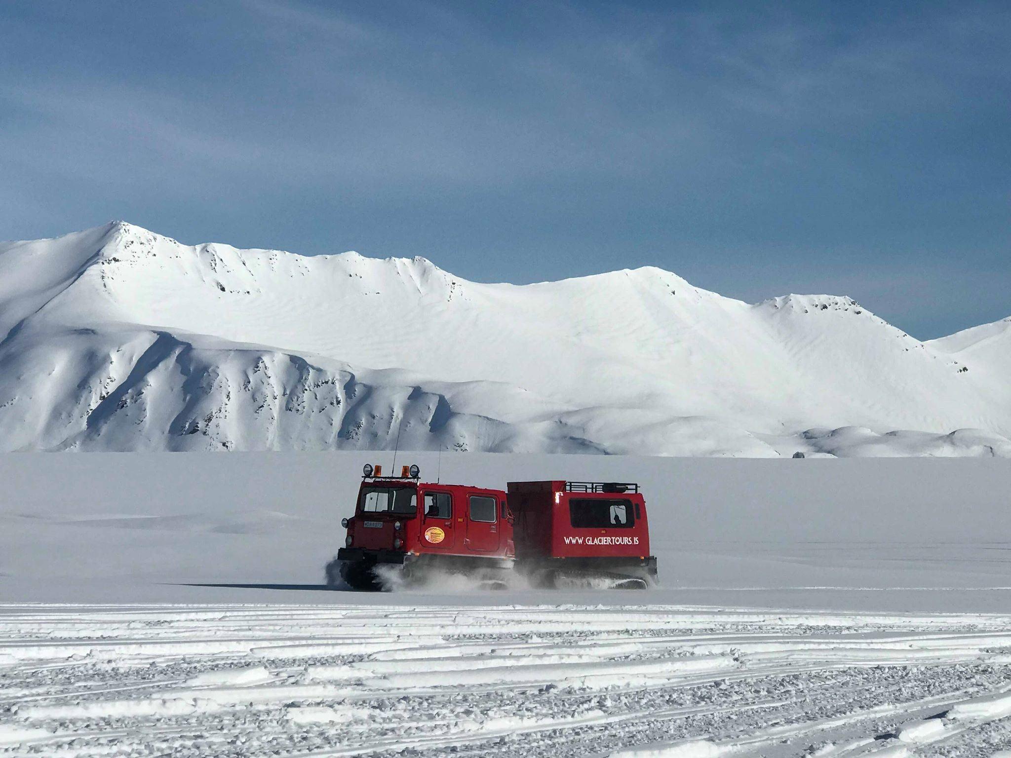Snowcats travelling on top of Vatnajökull glacier.