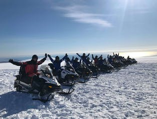 現地集合 ヴァトナヨークトル氷河でのスノーモービル体験