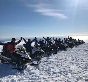 Motoneige sur le glacier Vatnajökull   Le plus large glacier d'Europe