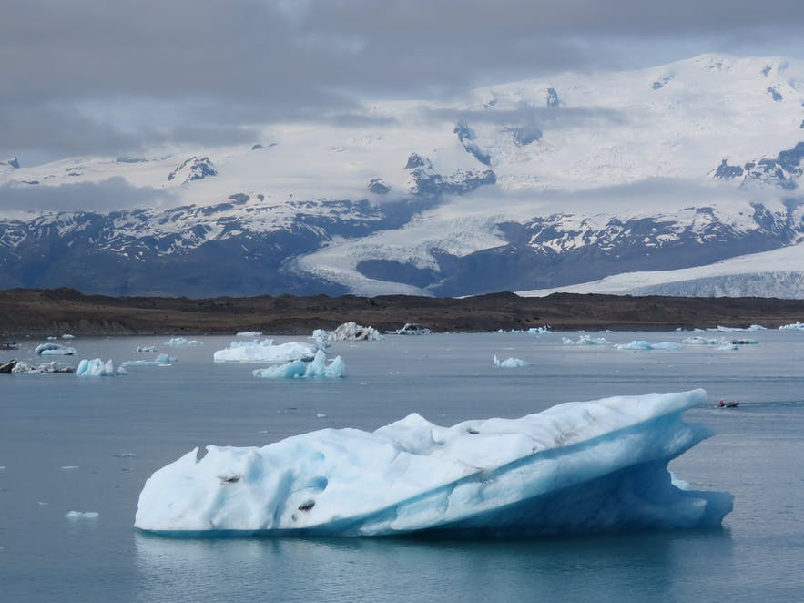 Heinabergslón is a glacial lagoon found within Vatnajökull National Park, located on the South Coast of Iceland.