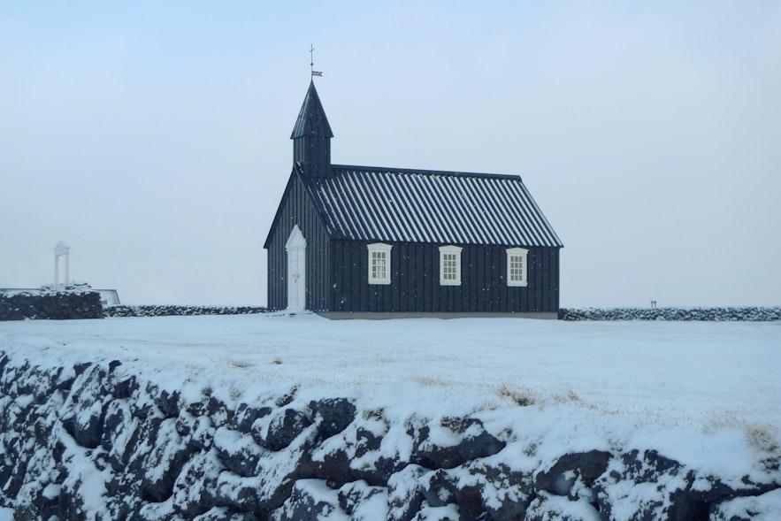 冬天在白雪衬托下的冰岛黑教堂Budir