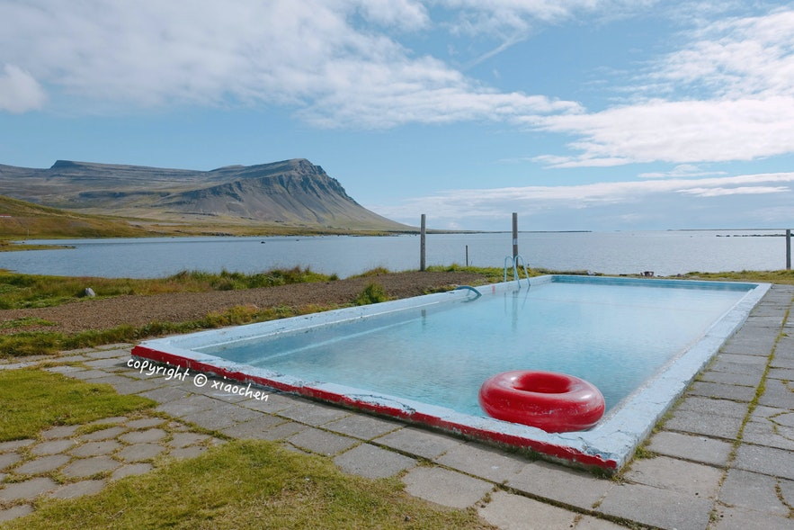 冰岛西峡湾有很多靠海的温泉泳池,包括这个Birkimelur