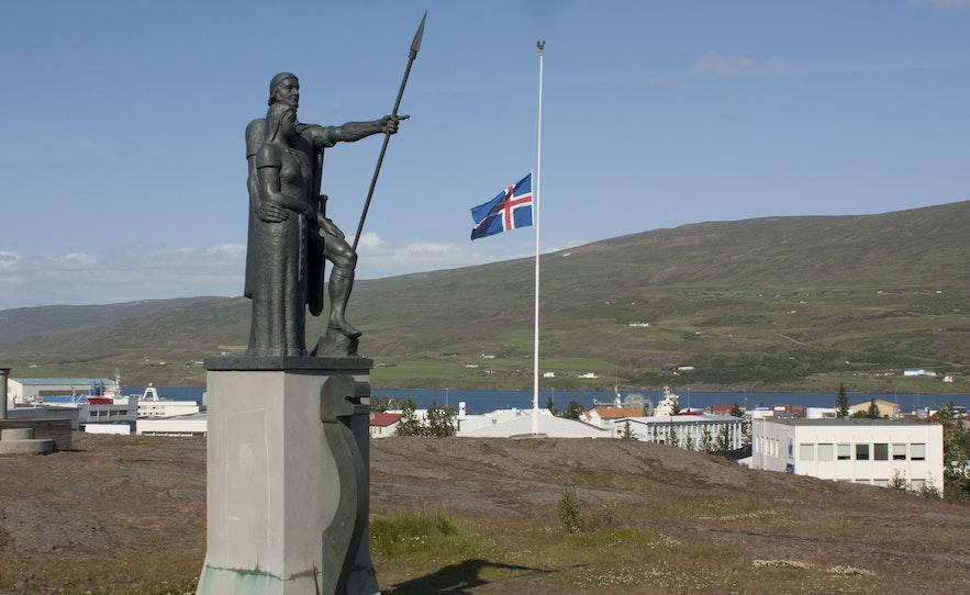 A statue in Akureyri of Helgi Magri Eyvindarson and his wife, Thorunn Hyrna.