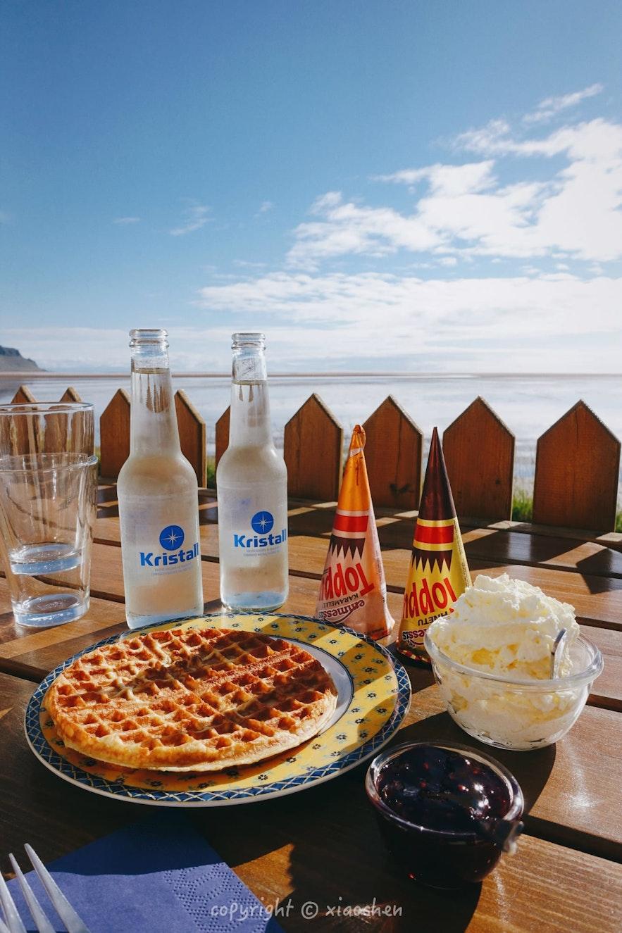 冰岛西峡湾红沙滩的咖啡店