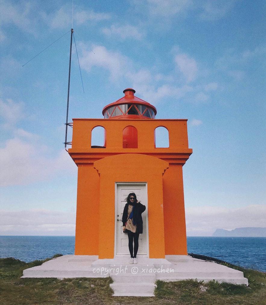 冰岛西峡湾Bolungarvík小镇的橘黄色可爱灯塔