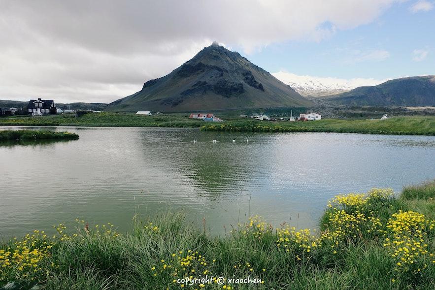 冰岛斯奈山阿尔纳斯塔皮小镇夏季的景色