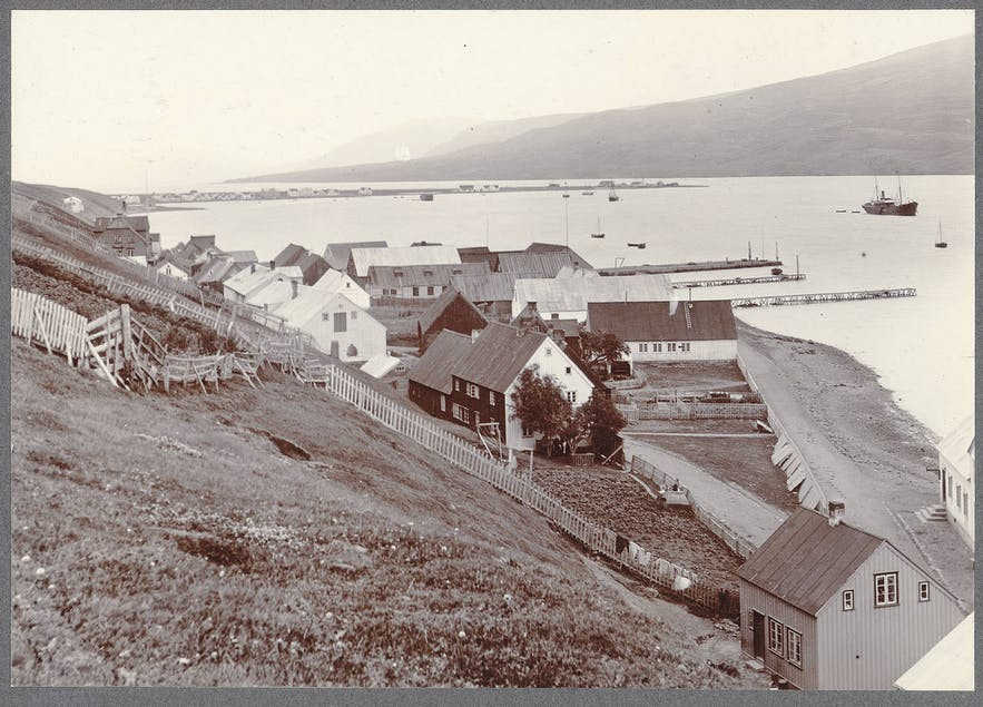 A photograph of Akureyri from the same period. It is interesting to note the similarities in composition between the photograph and illustrator.