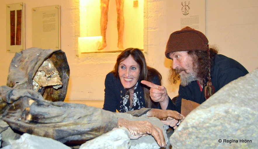 Regína with the sorcerer Siggi at the Museum of Sorcery