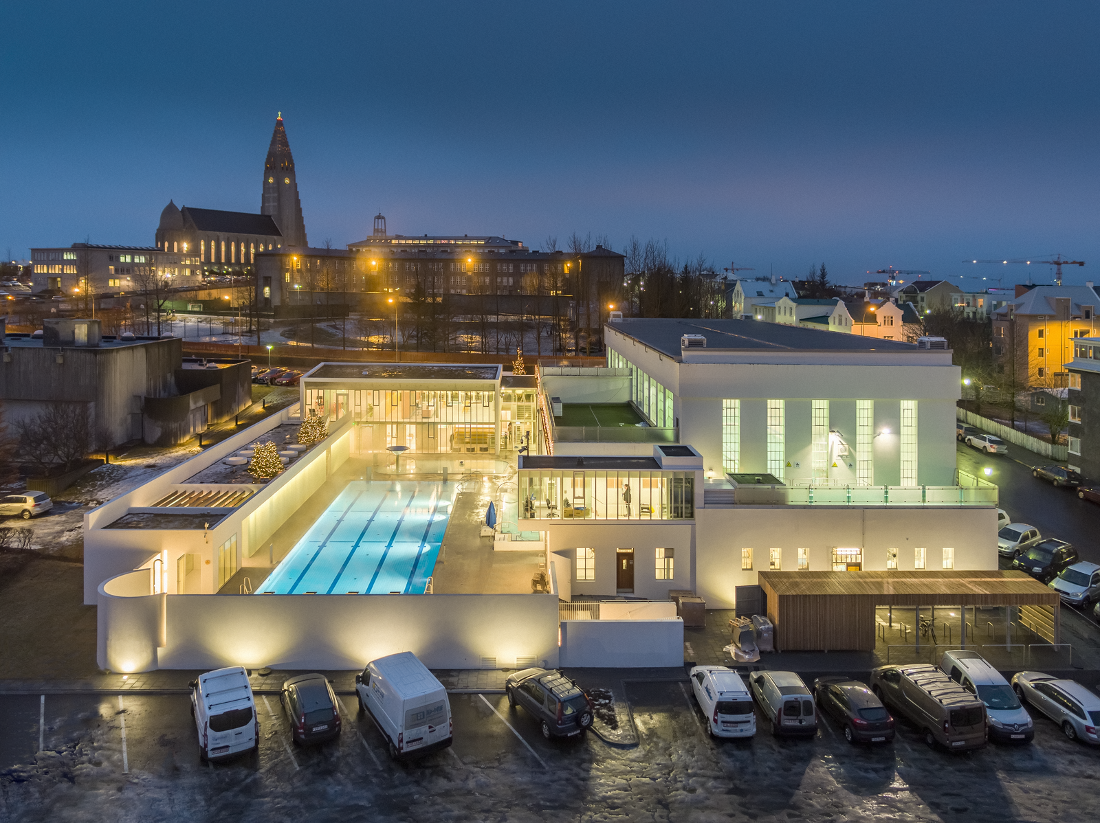 雷克雅未克的温泉泳池是冰岛旅行必须体验的活动之一