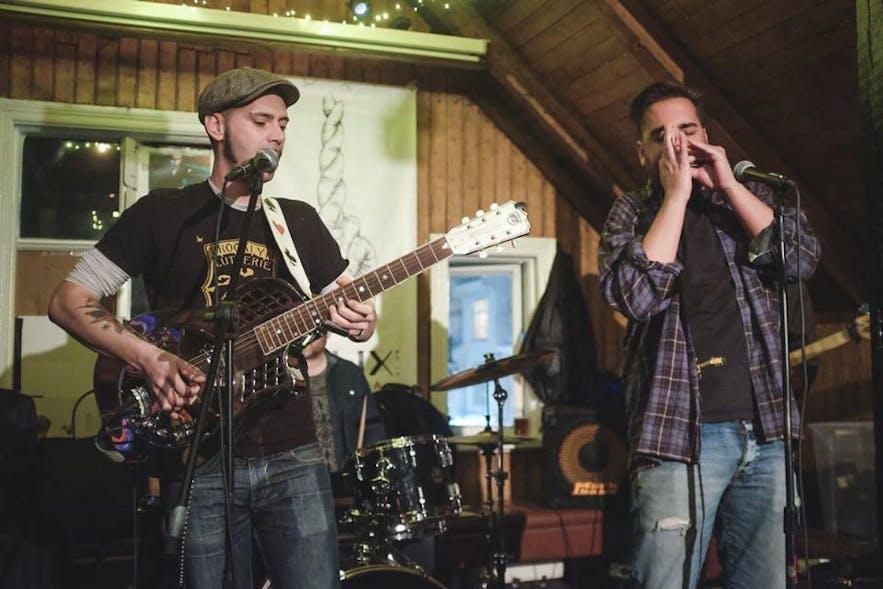 Dillon Whiskey Bar es famoso por su Blues Jam semanal.