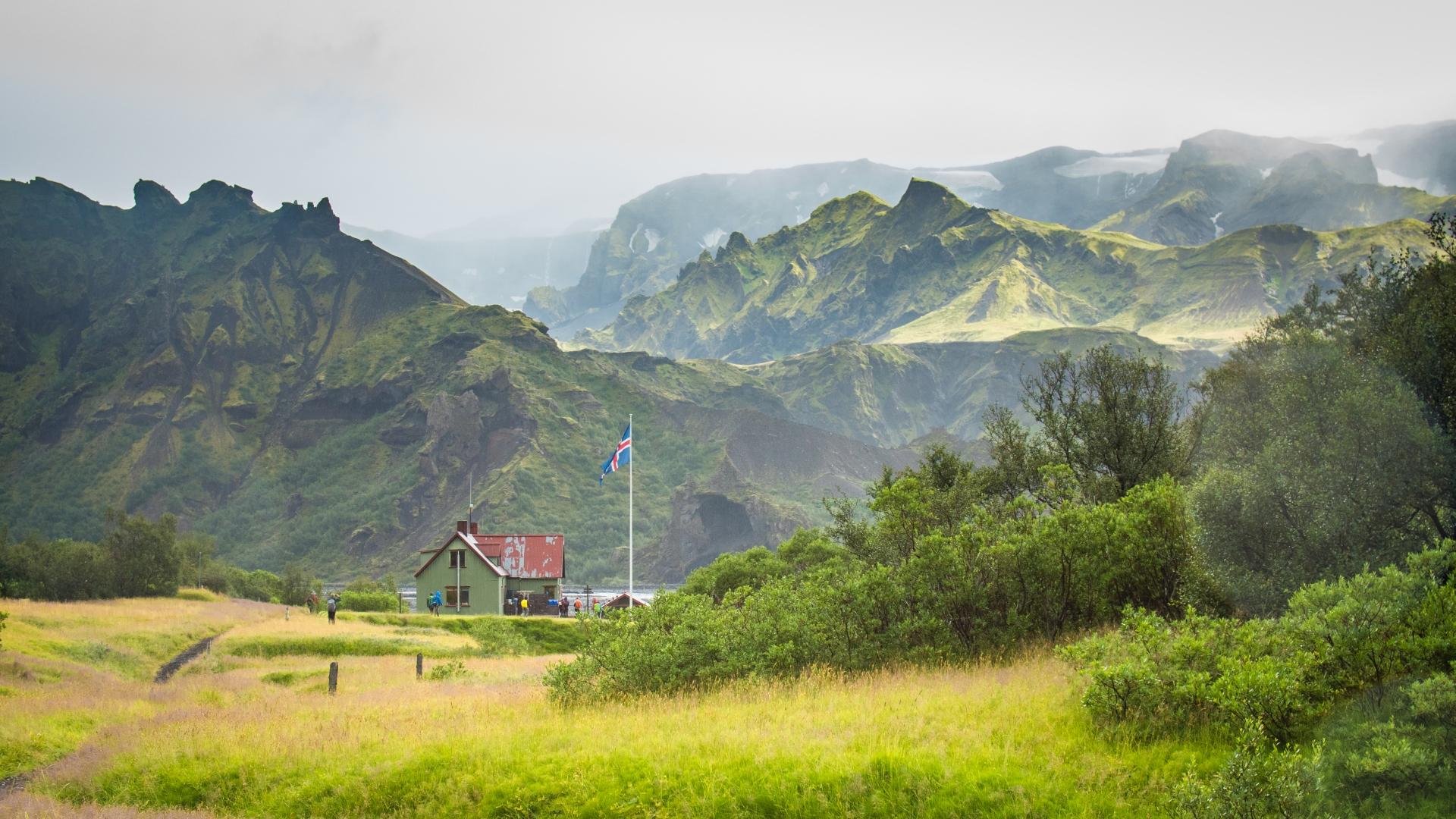 Die wichtigste Hütte von Landmannalaugar aus südlicher Richtung gesehen.