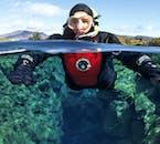 シンクヴェトリル国立公園で2つの大陸プレートの間を泳ぐユニークな体験