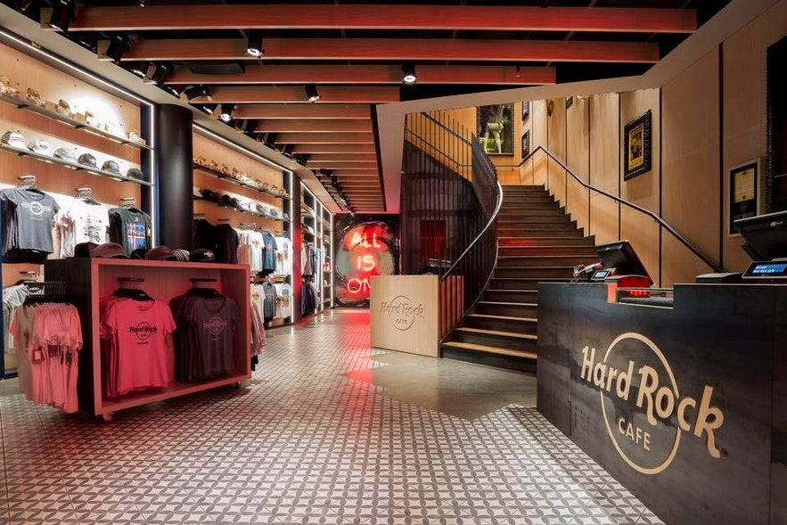 The Rock Shop se puede encontrar en el primer piso del establecimiento, al ingresar al restaurante.